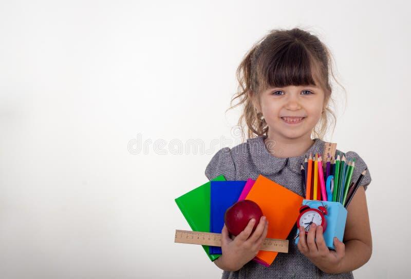 Μαθητής από το δημοτικό σχολείο Σχολικές προμήθειες στα χέρια παιδιών στοκ εικόνες