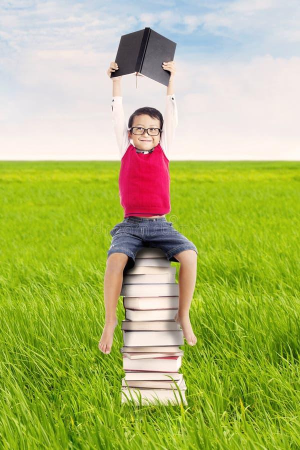Μαθητής με τα βιβλία υπαίθρια στοκ εικόνες με δικαίωμα ελεύθερης χρήσης