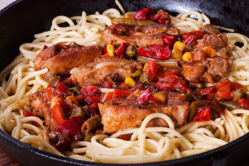 Μακαρόνια ζυμαρικών στη σάλτσα ντοματών και το κρέας πλευρών στοκ φωτογραφίες με δικαίωμα ελεύθερης χρήσης