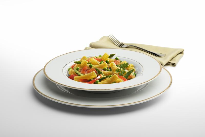 Μακαρόνια και λαχανικά πιάτων ζυμαρικών με την πετσέτα και το δίκρανο στοκ εικόνα με δικαίωμα ελεύθερης χρήσης