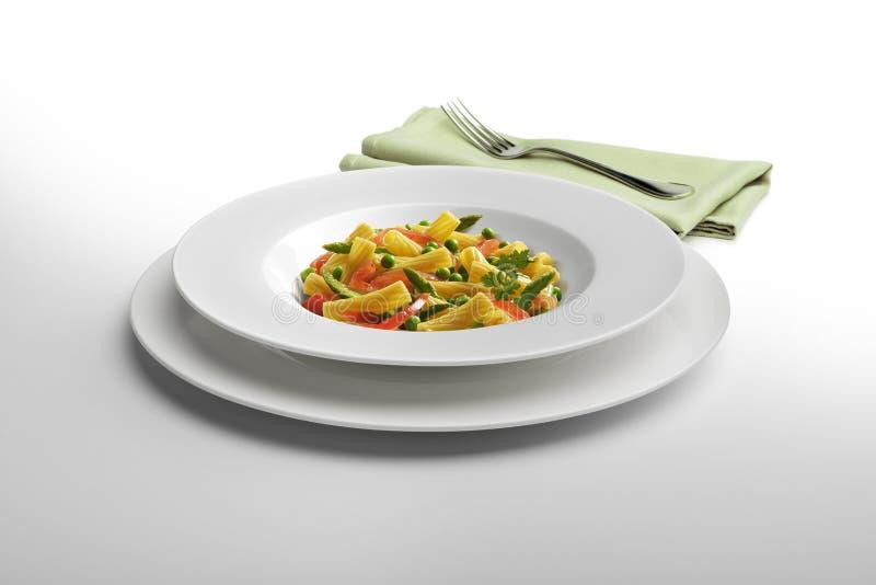Μακαρόνια και λαχανικά πιάτων ζυμαρικών με την πετσέτα και το δίκρανο στοκ εικόνα