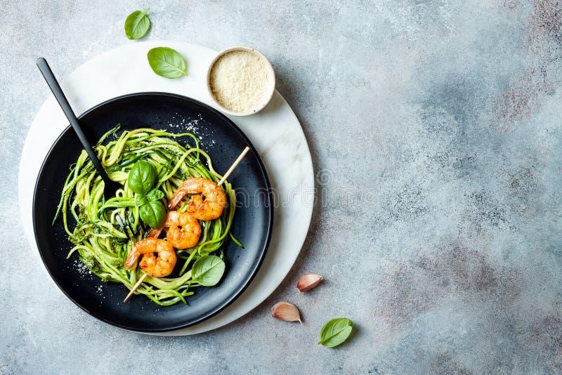 Μακαρόνια κολοκυθιών με τη σάλτσα pesto και τα ψημένα στη σχάρα οβελίδια γαρίδων Χορτοφάγα φυτικά χαμηλά ζυμαρικά εξαερωτήρων Νου στοκ εικόνα