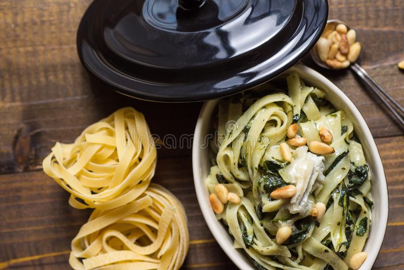 Μακαρόνια με το σπανάκι, τα καρύδια πεύκων και Gorgonzola το τυρί στοκ φωτογραφίες με δικαίωμα ελεύθερης χρήσης