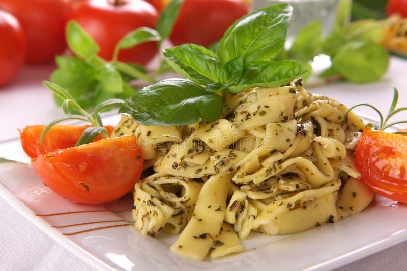 μακαρόνια σάλτσας pesto στοκ εικόνες