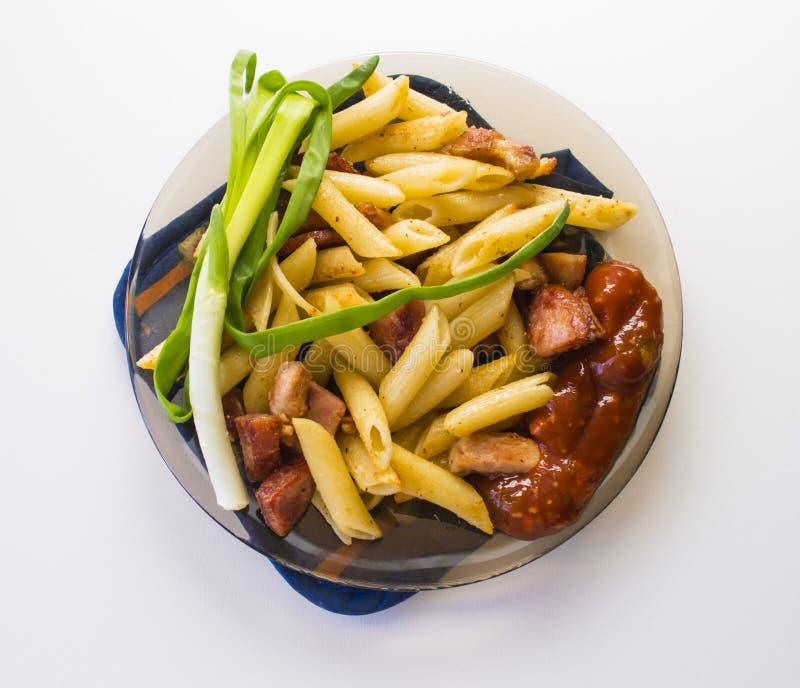 Μακαρόνια, τηγανισμένο λουκάνικο, σάλτσα, πράσινα κρεμμύδια στοκ φωτογραφίες με δικαίωμα ελεύθερης χρήσης