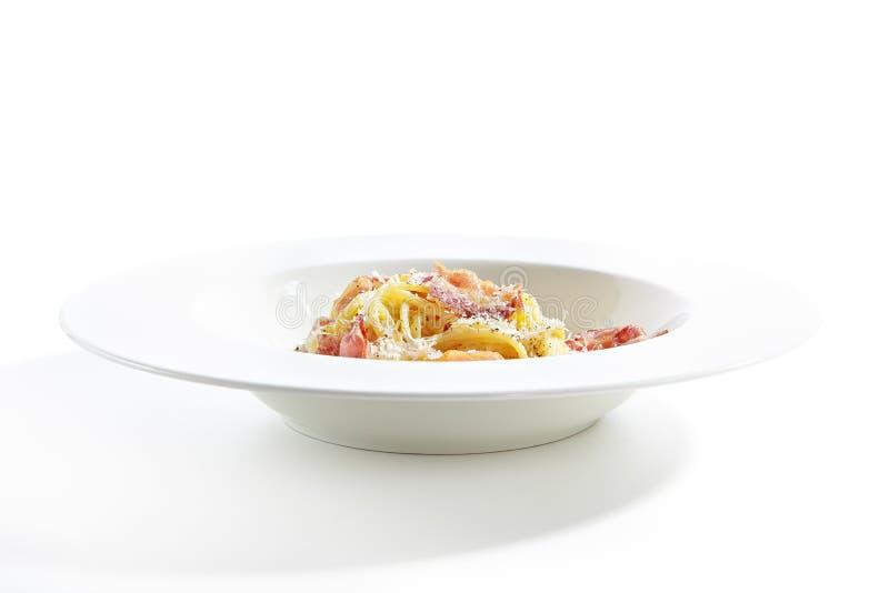 Μακαρόνια Carbonara με το ξυμένο τυρί παρμεζάνας στοκ εικόνες