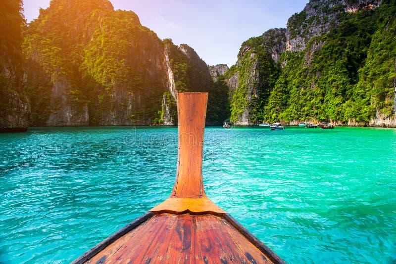 Μακριά βάρκα και μπλε νερό στον κόλπο της Maya Phi Phi στο νησί, Krabi Ταϊλάνδη στοκ εικόνες