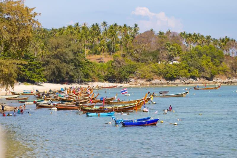 Μακριά βάρκα ουρών στην τροπική παραλία με το βράχο ασβεστόλιθων, Phuket, Ταϊλάνδη στοκ εικόνα με δικαίωμα ελεύθερης χρήσης