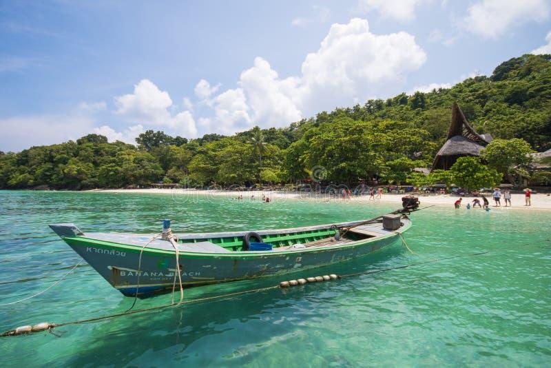 Μακριά βάρκα ουρών στη θάλασσα στο νησί κοραλλιών στοκ εικόνες