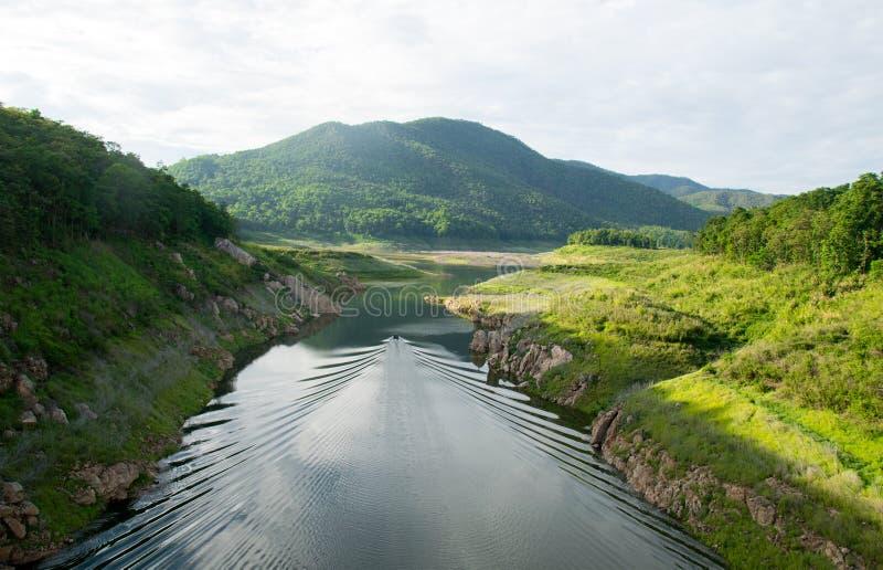 Μακριά βάρκα ουρών τοπ άποψης Viewscape που πλέει με τον ποταμό στοκ εικόνες