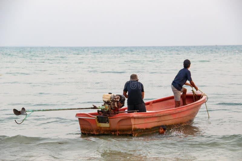Μακριά βάρκα τουριστών ουρών σε Khao Phing Kan στοκ εικόνες