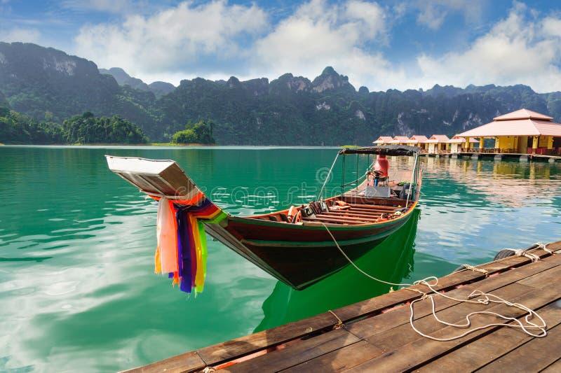 Μακριά βάρκα τουριστών ουρών στη λίμνη του τοπικού LAN Cheow, φράγμα Ratchaprapha, Khao στοκ φωτογραφία