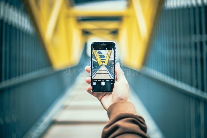 Μακριά γέφυρα μέσω μιας οθόνης smartphone στοκ εικόνα με δικαίωμα ελεύθερης χρήσης