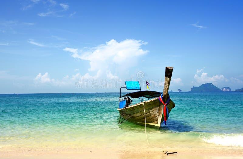 Μακριά εν πλω παραλία βαρκών ουρών στοκ φωτογραφία με δικαίωμα ελεύθερης χρήσης
