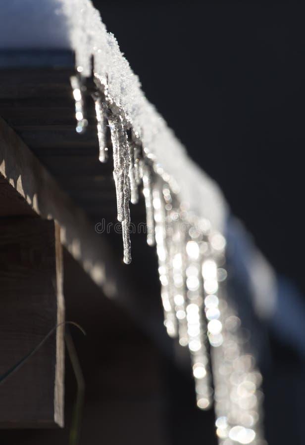 Μακριά και επικίνδυνα παγάκια σε μια στέγη σπιτιών στοκ φωτογραφία με δικαίωμα ελεύθερης χρήσης
