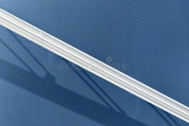 Μακριά κενή γέφυρα πέρα από τη μεγάλη εναέρια τοπ άποψη ποταμών ή θάλασσας στοκ εικόνες με δικαίωμα ελεύθερης χρήσης