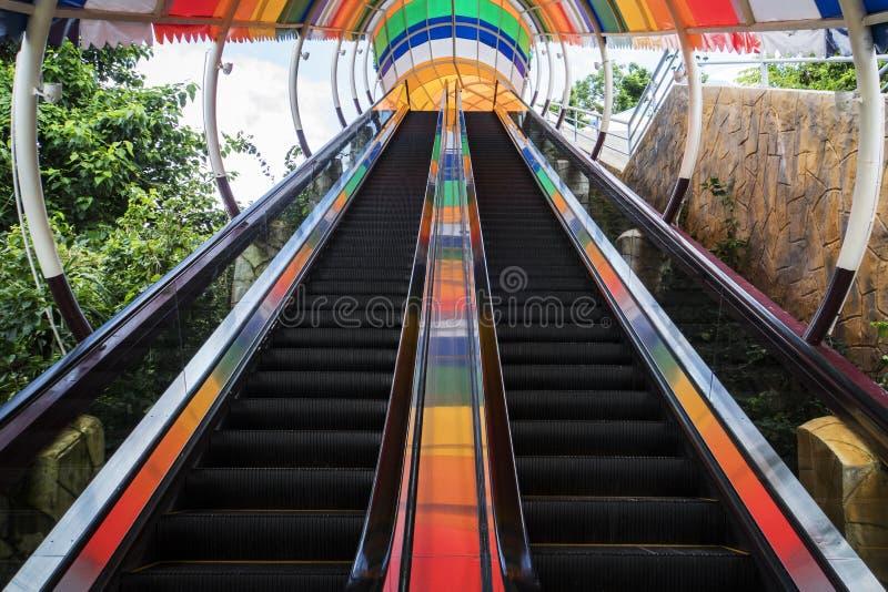 Μακριά κυλιόμενη σκάλα για την ανάβαση στο δεύτερο όροφο στοκ φωτογραφίες με δικαίωμα ελεύθερης χρήσης