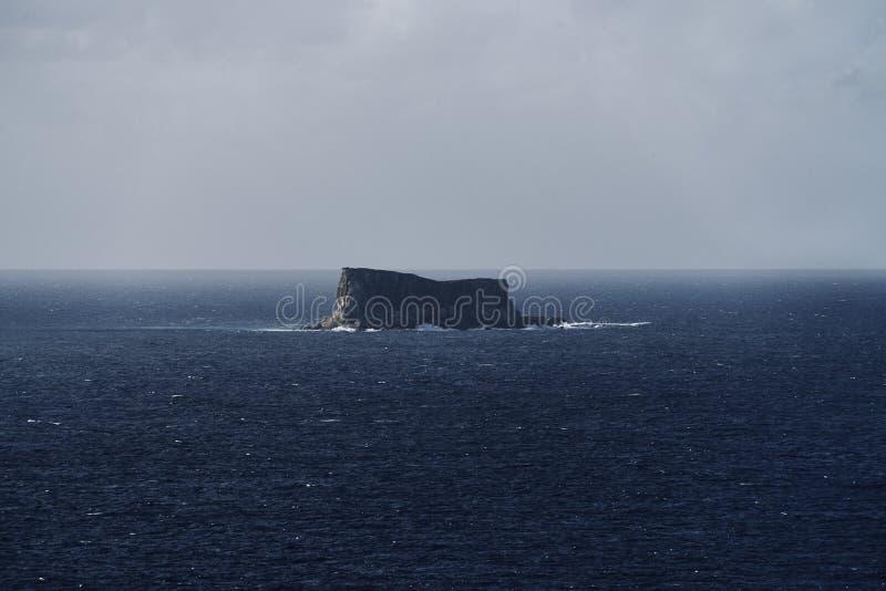 Μακριά λίγο νησί μεταξύ της θάλασσας στοκ φωτογραφία με δικαίωμα ελεύθερης χρήσης