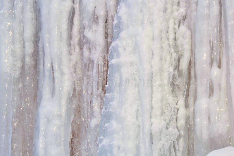 Μακριά, μεγάλα και επικίνδυνα παγάκια σε μια στέγη σπιτιών τούβλου στοκ φωτογραφία