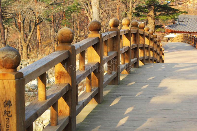 Μακριά ξύλινη γέφυρα σε Seoraksan Κορέα. στοκ εικόνα