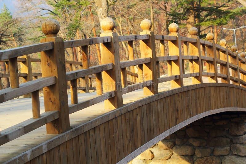 Μακριά ξύλινη γέφυρα σε Seoraksan Κορέα. στοκ εικόνα με δικαίωμα ελεύθερης χρήσης