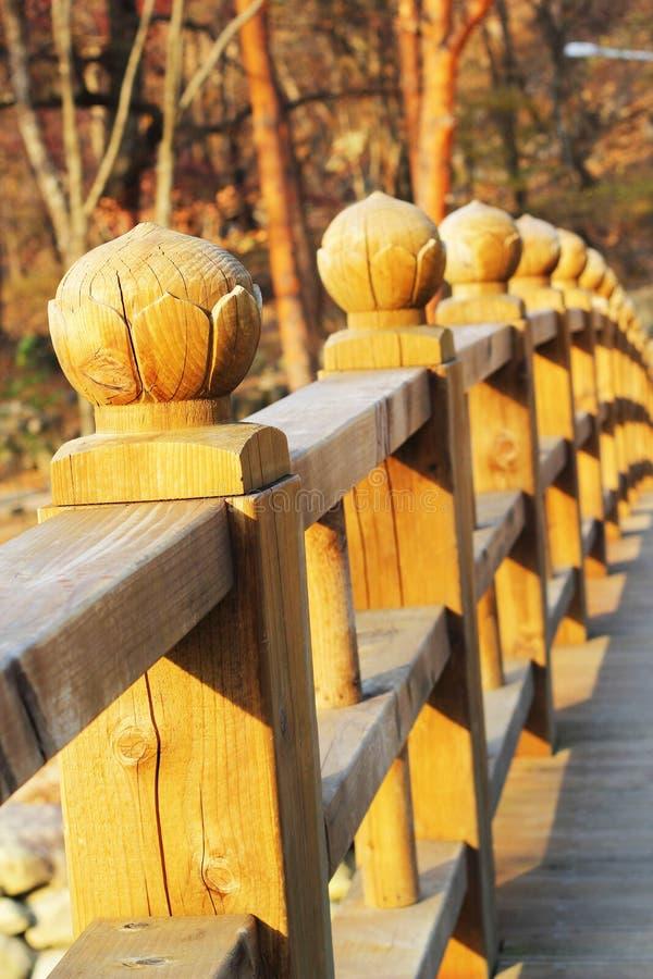 Μακριά ξύλινη γέφυρα σε Seoraksan Κορέα. στοκ εικόνες