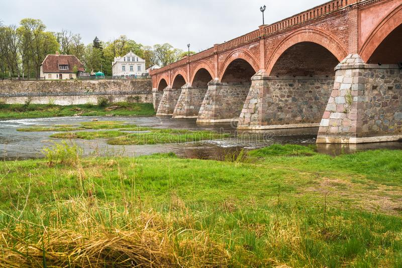 Μακριά παλαιά, ιστορική τούβλινη γέφυρα στοκ φωτογραφίες