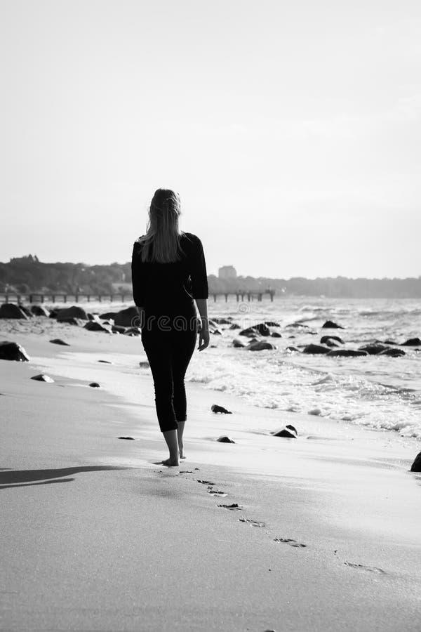 μακριά περπατώντας γυναίκα στοκ εικόνες