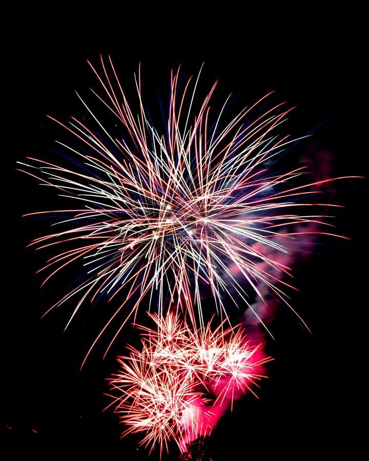 Μακριά πυροτεχνήματα έκθεσης σε έναν μαύρο ουρανό στοκ φωτογραφία