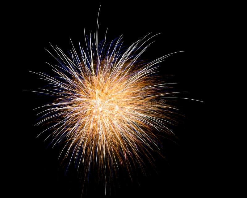 Μακριά πυροτεχνήματα έκθεσης σε έναν μαύρο ουρανό στοκ εικόνα με δικαίωμα ελεύθερης χρήσης