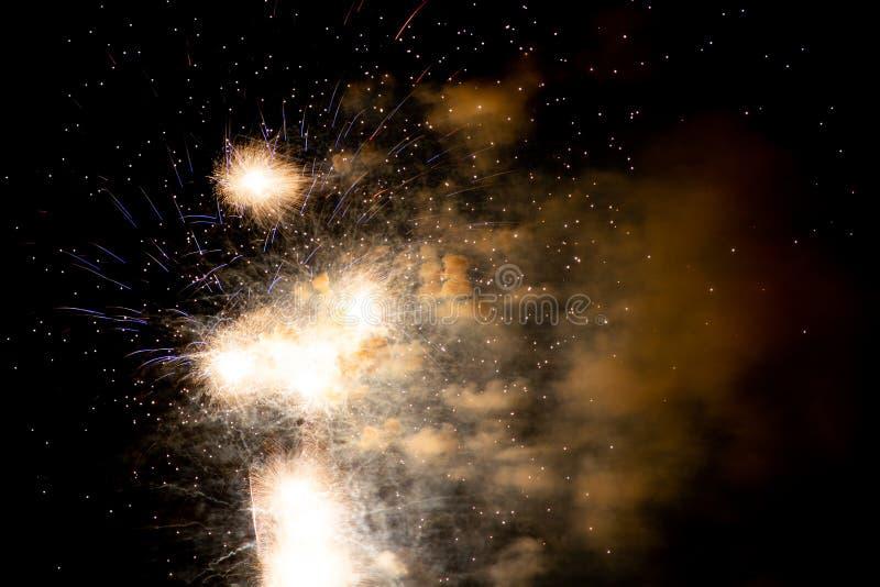 Μακριά πυροτεχνήματα έκθεσης σε έναν μαύρο ουρανό στοκ εικόνες με δικαίωμα ελεύθερης χρήσης