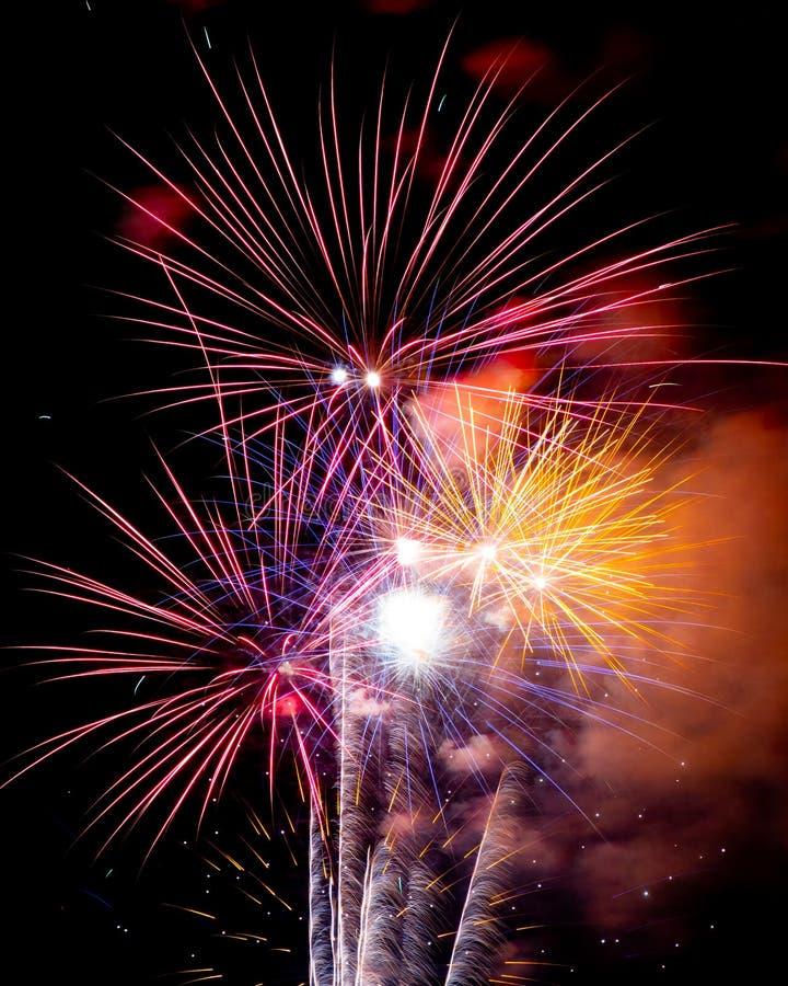 Μακριά πυροτεχνήματα έκθεσης σε έναν μαύρο ουρανό στοκ φωτογραφία με δικαίωμα ελεύθερης χρήσης