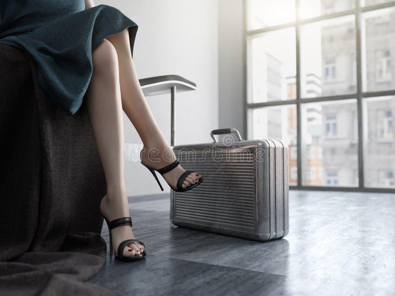 Μακριά πόδια γυναικών με το υπόβαθρο έννοιας περίπτωσης μετάλλων στοκ εικόνα με δικαίωμα ελεύθερης χρήσης