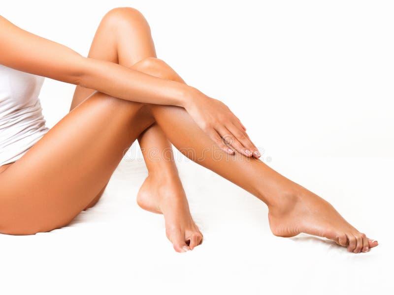 Μακριά πόδια γυναικών που απομονώνονται στο λευκό. Depilation στοκ εικόνα