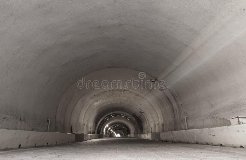 Download Μακριά σήραγγα στοκ εικόνα. εικόνα από electricity, υπόγεια - 13182149