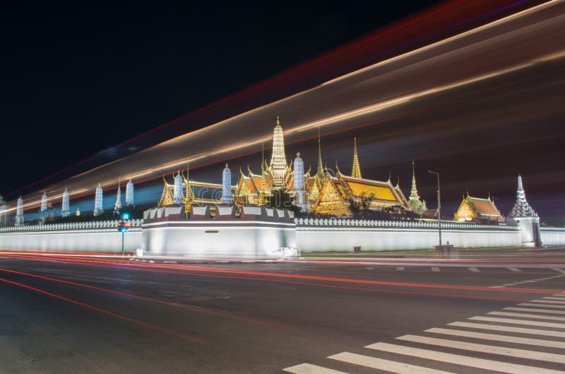 Μακριά φωτογραφία έκθεσης infornt του διάσημα ορόσημου & x22 της Μπανγκόκ Wat Phar keaw& x22  στη νύχτα στοκ φωτογραφία