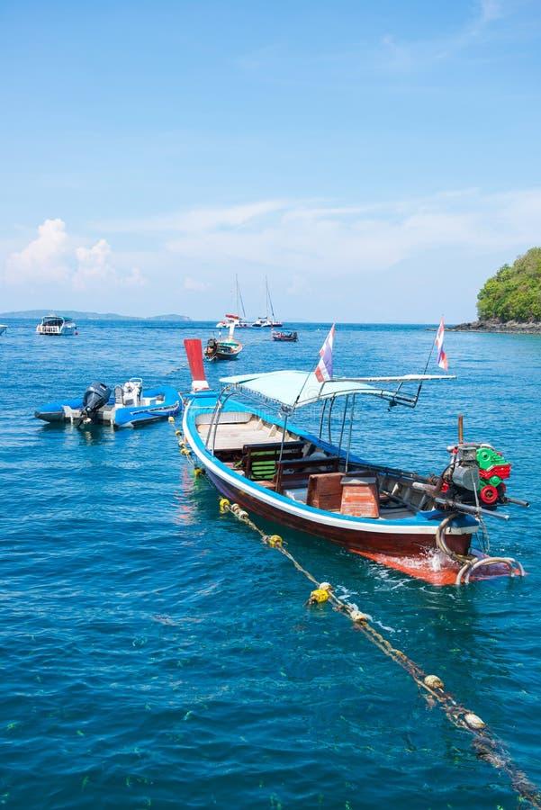 Μακριές βάρκες ουρών και λαστιχένιες βάρκες που περιμένουν τους τουρίστες στη θάλασσα στοκ εικόνες με δικαίωμα ελεύθερης χρήσης