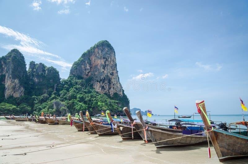 Μακριές βάρκες ουρών στην παραλία Railay, Krabi, Ταϊλάνδη στοκ εικόνες με δικαίωμα ελεύθερης χρήσης