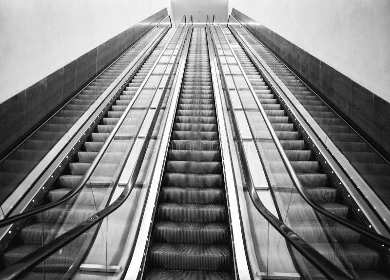 Μακριές κυλιόμενες σκάλες στοκ εικόνες