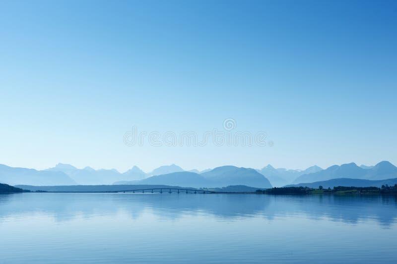 Μακρινή άποψη στο δρόμο του Ατλαντικού Ωκεανού, Νορβηγία. στοκ φωτογραφίες