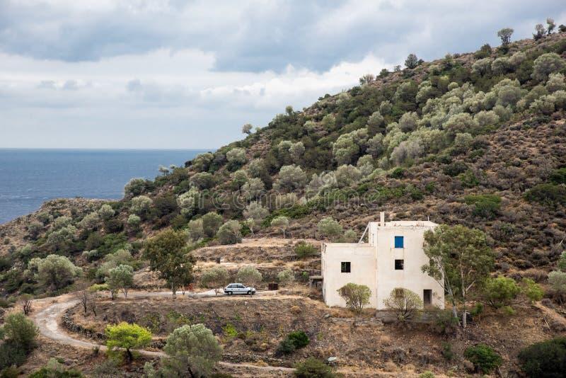 Μακρινή διαβίωση - απομονωμένα σπίτι και αυτοκίνητο μπροστά από το στοκ φωτογραφία