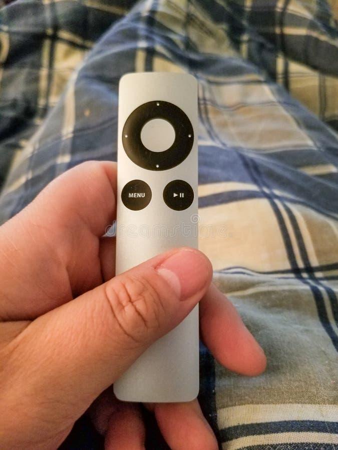 Μακρινή κρατημένη διαθέσιμη κινηματογράφηση σε πρώτο πλάνο χεριών TV τ στοκ φωτογραφίες