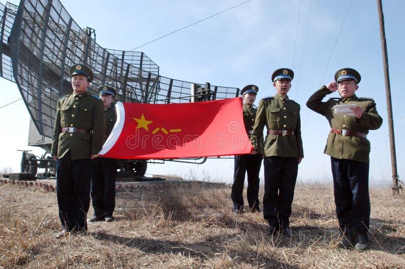 Μακρινός στο jockey μεταλλικού θόρυβου Πολεμικής Αεροπορίας στρατού απελευθέρωσης των ανθρώπων όρκο πολεμιστών μπροστά από ensign στοκ φωτογραφία με δικαίωμα ελεύθερης χρήσης