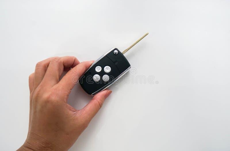 Μακρινό κλειδί αυτοκινήτων λαβής σύγχρονο στο αριστερό χέρι γυναικών στοκ εικόνα