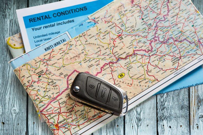 Μακρινό κλειδί αυτοκινήτων στο χάρτη στοκ φωτογραφίες