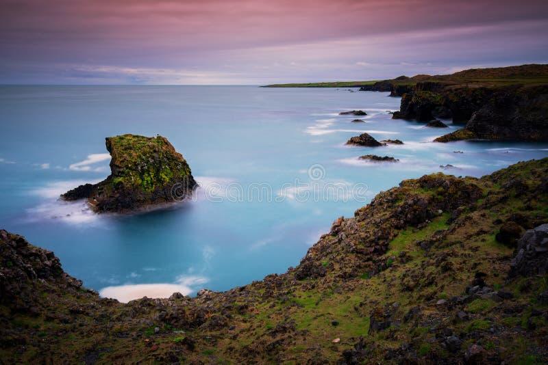 Μακριοί απότομοι βράχοι έκθεσης και βράχοι βασαλτών σε Arnarstapi, χερσόνησος Snaefellsnes στην Ισλανδία στοκ φωτογραφία με δικαίωμα ελεύθερης χρήσης