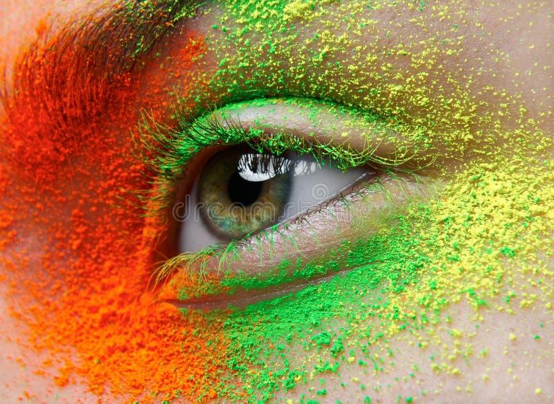 Μακροεντολή και δημιουργικό θέμα σύνθεσης κινηματογραφήσεων σε πρώτο πλάνο: το όμορφο θηλυκό μάτι με την πορτοκαλιά, πράσινη και  στοκ εικόνες