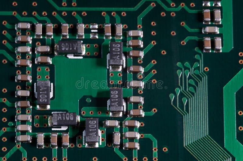 Μακροεντολή του ηλεκτρονικού PCB πινάκων κυκλωμάτων σε πράσινο στοκ εικόνα