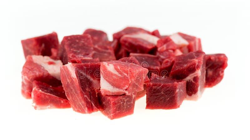 Μακροεντολή των χωρισμένων σε τετράγωνα χοντρών κομματιών του ακατέργαστου κρέατος αρνιών και πρόβειων κρεάτων που απομονώνεται στ στοκ εικόνα
