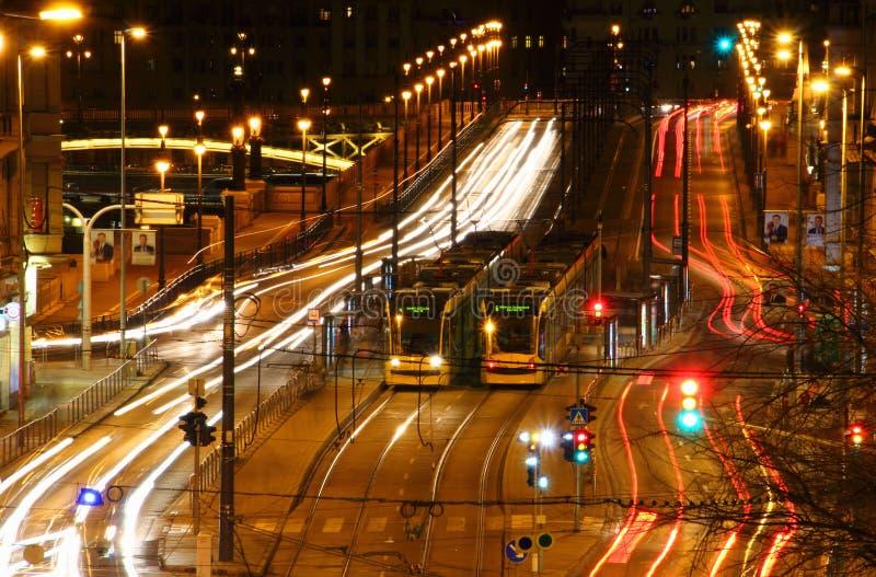 Μακροχρόνια άποψη έκθεσης της πολυάσχολης μεγάλης λεωφόρου με τα τραμ Βουδαπέστη στοκ εικόνες